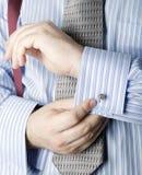 Mann, der Gleichheitclip zur Krawatte anbringt Stockfotografie
