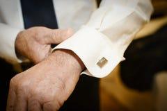 Mann, der Gleichheitclip zur Krawatte anbringt Stockfotos