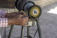 Mann, der goldene Glocke auf Maschine poliert Polierarbeitskonzept lizenzfreie stockfotografie
