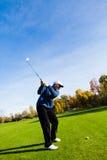 Mann, der Golf spielt Stockfotografie