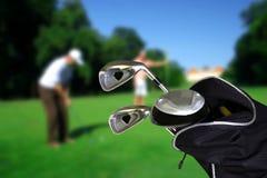 Mann, der Golf mit copyspace spielt Stockfotografie