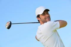 Mann, der Golf spielt Lizenzfreie Stockfotos