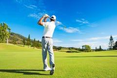 Mann, der Golf spielt lizenzfreies stockbild