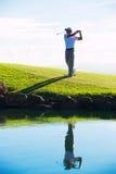 Mann, der Golf spielt Stockfoto