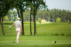 Mann, der Golf spielt Stockbild