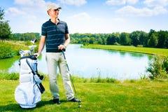Mann, der Golf spielt Lizenzfreies Stockfoto