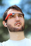 Mann, der Google-Glas trägt Stockfoto
