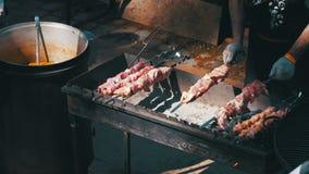 Mann, der Grill auf dem Lebensmittel-Festival vorbereitet Langsame Bewegung stock video