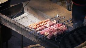 Mann, der Grill auf dem Lebensmittel-Festival vorbereitet Langsame Bewegung stock video footage