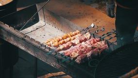 Mann, der Grill auf dem Lebensmittel-Festival vorbereitet Langsame Bewegung stock footage
