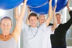 Mann in der Gruppe Senioren mit Turnhallenbällen Lizenzfreie Stockfotos