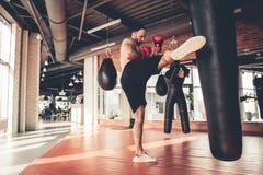 Mann an der Gymnastik stockfotos