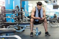 Mann, der in der Gymnastik ausarbeitet Lizenzfreies Stockfoto