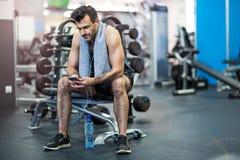Mann, der in der Gymnastik ausarbeitet Stockfotos