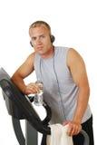 Mann in der Gymnastik hörend Musik Stockfoto