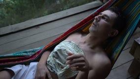 Mann in der Hängematte, die allein verlassen legen und in der Wut geistlich abgelenkt, Einsamkeit - krank stock video