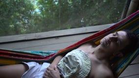 Mann in der Hängematte, die allein verlassen legen und in der Wut geistlich abgelenkt, Einsamkeit - krank stock footage