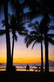 Mann in der Hängematte während des Inselsonnenaufgangs lizenzfreie stockfotografie