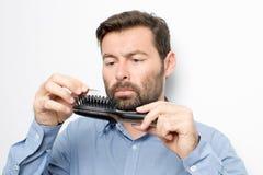 Mann, der Haar überprüft lizenzfreie stockfotografie