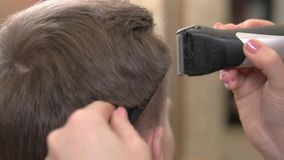 Mann, der Haarschnitt, Abschluss aufsteht stock footage