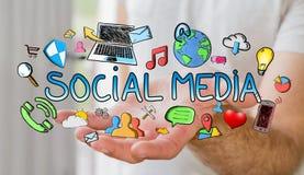 Mann, der Hand gezeichnete Social Media-Darstellung hält Lizenzfreie Stockfotografie