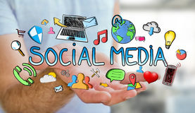 Mann, der Hand gezeichnete Social Media-Darstellung hält Stockbild