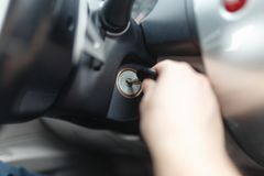 Mann der Hand s schließen einen Schlüssel an, der die Maschine eines Autos anläßt Stockbild