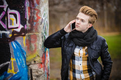 Mann, der am Handy im Freien spricht Stockfotografie