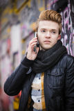 Mann, der am Handy im Freien spricht Stockfotos