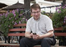 Mann, der Handy verwendet Stockfotografie
