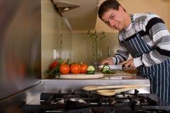 Mann in der Hauptküche Lizenzfreie Stockbilder