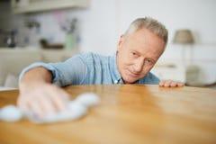 Mann, der Hausarbeit tut Stockfotografie