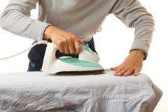 Mann, der Hausarbeit tut Stockbild