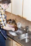 Mann, der Hausarbeiten tut Lizenzfreie Stockfotos