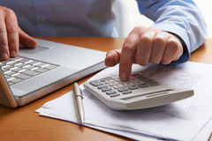 Mann, der Haushalts-Finanzen ausarbeitet lizenzfreies stockfoto