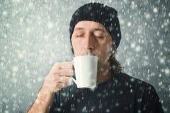 Mann, der heißen Tee trinkt Stockfotografie