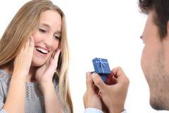 Mann, der Heirat zu einer Frau vorschlägt Lizenzfreies Stockbild