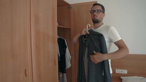 Mann, der Hemd wählt stock footage