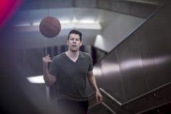 Mann, der herauf Treppe mit einem Basketball geht Lizenzfreie Stockfotos