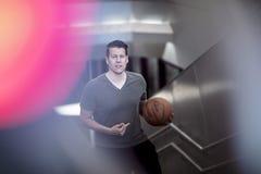 Mann, der herauf Treppe mit einem Basketball geht Lizenzfreies Stockfoto