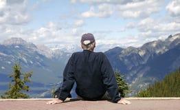 Mann, der heraus auf einem Berg schaut Lizenzfreies Stockfoto