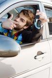 Mann, der heraus Autotasten anhält Stockfoto