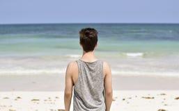 Mann, der heraus dem Ozean betrachtet Lizenzfreie Stockfotografie