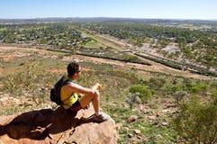 Mann, der heraus in Richtung Alice Springs blickt Lizenzfreie Stockbilder