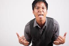 Mann, der heraus seine Zunge haftet Lizenzfreie Stockfotos