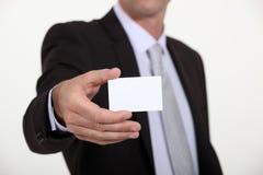 Mann, der heraus Visitenkarte hält Lizenzfreies Stockbild