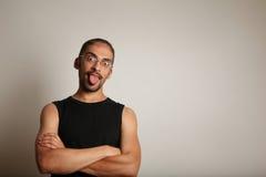Mann, der heraus Zunge haftet lizenzfreie stockbilder