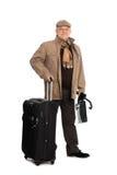 Mann in der Herbstkleidung mit Gepäck. Stockfotografie