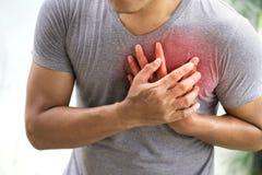 Mann, der Herzinfarkt hat lizenzfreies stockbild