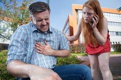 Mann, der Herzinfarkt hat lizenzfreie stockbilder